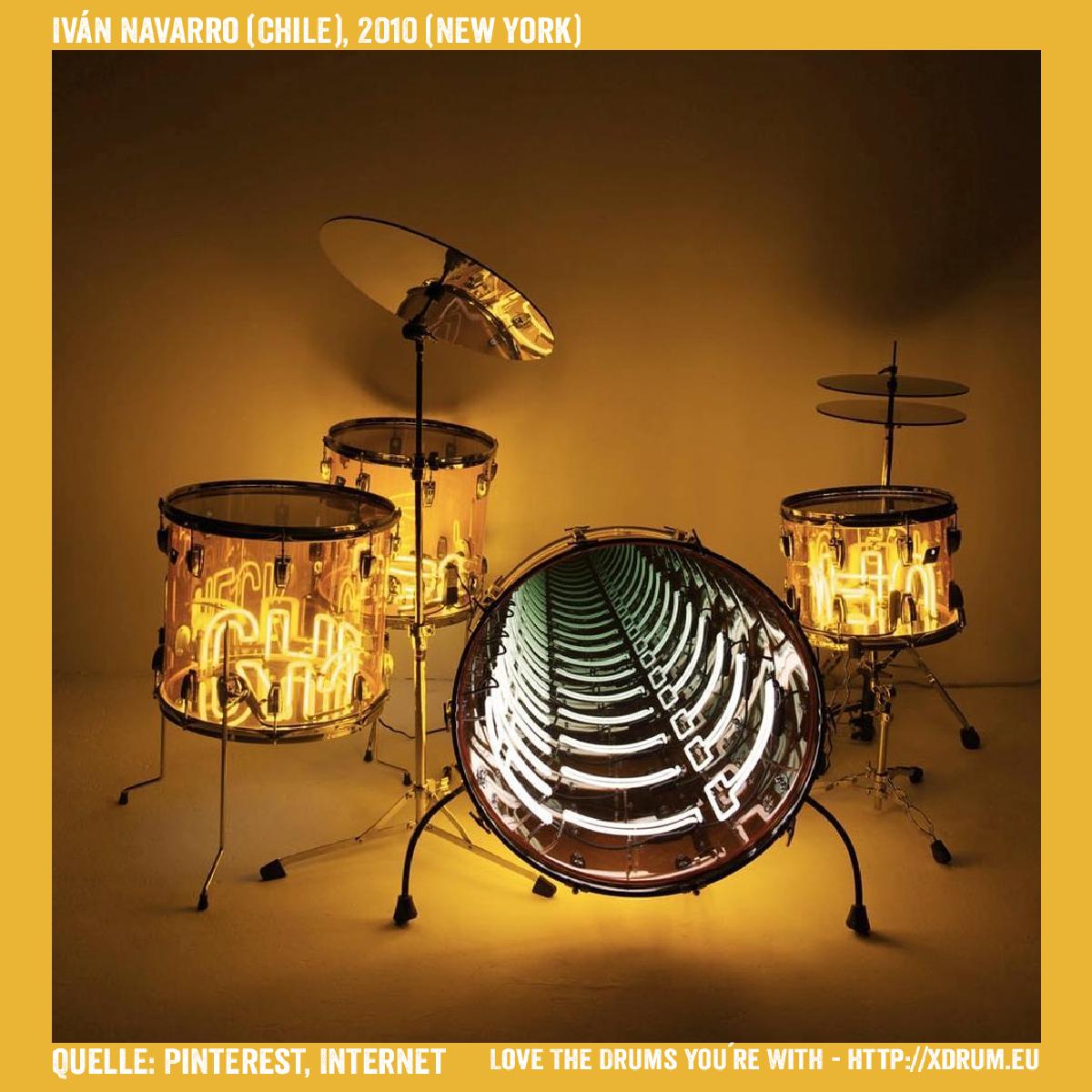 Iván Navarro - Acryl Drumset mit Lichtinstallation (Quelle: Pinterest, Internet), Jahr 2010